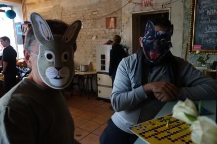 Ein Hase und ein Wolf spielen zusammen ein Brettspiel.
