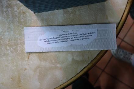 Ein Zettel mit einer Spielanleitung auf einem Tisch